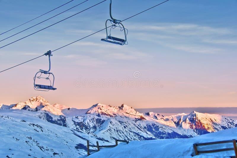 Skiaufzug und schneebedeckte Berge lizenzfreie stockfotos