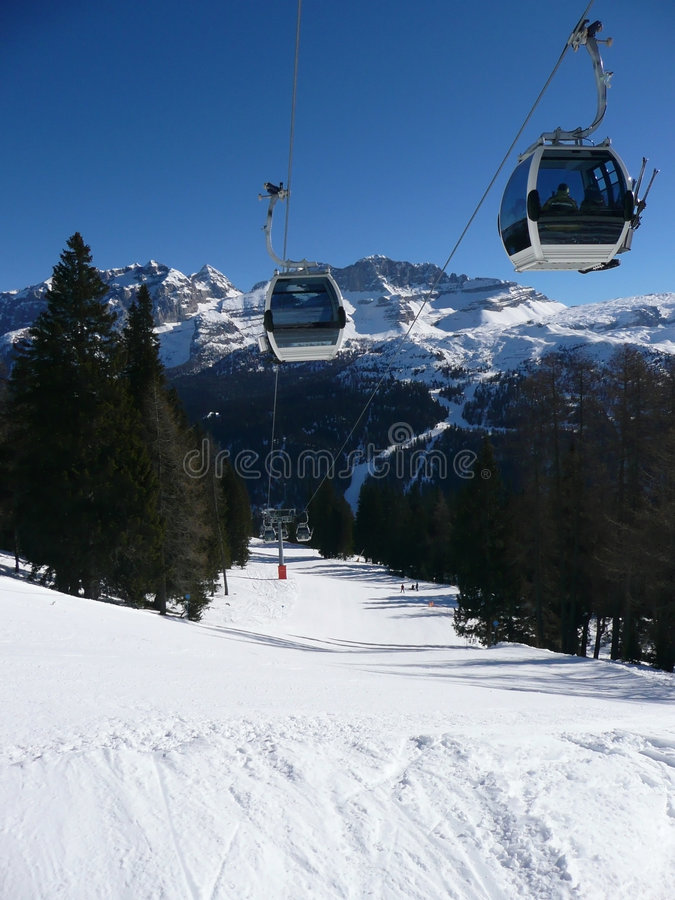 Skiaufzuggondel lizenzfreies stockfoto
