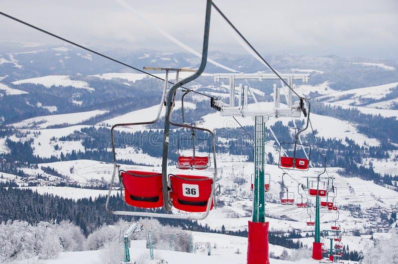 Skiaufzugskiort Antreiben in einen Schlitten Familienurlaube und Reise in den Bergen Naturwaldlandschaft stockfotos