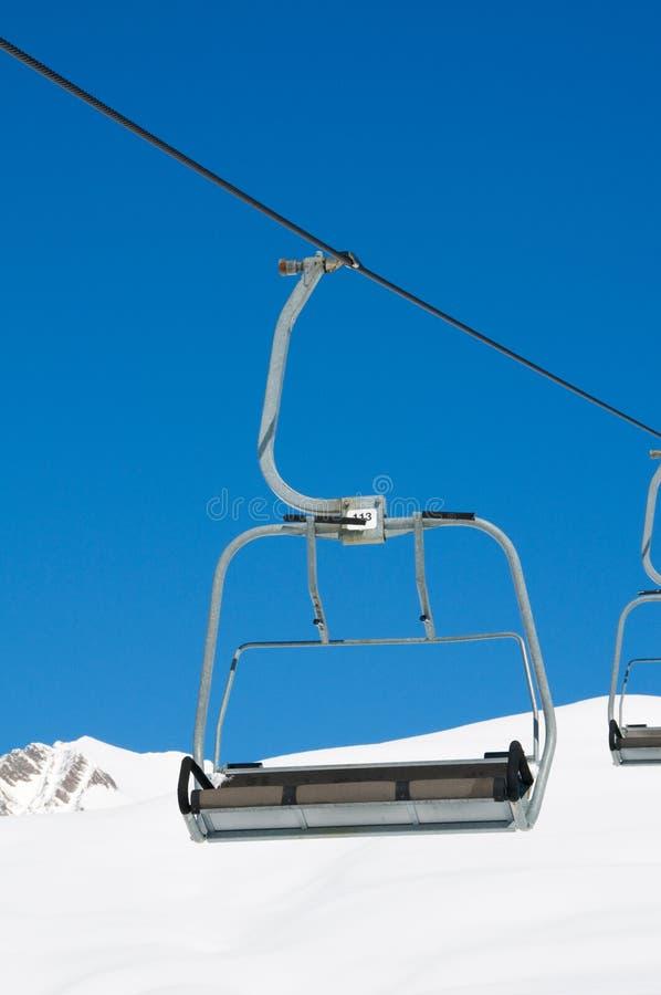 Skiaufzugstühle am hellen Tag stockfotos