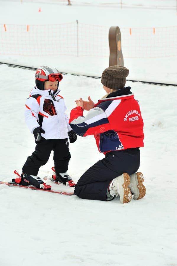 Skiausbilder erklären Skitechniken Kindern lizenzfreies stockfoto