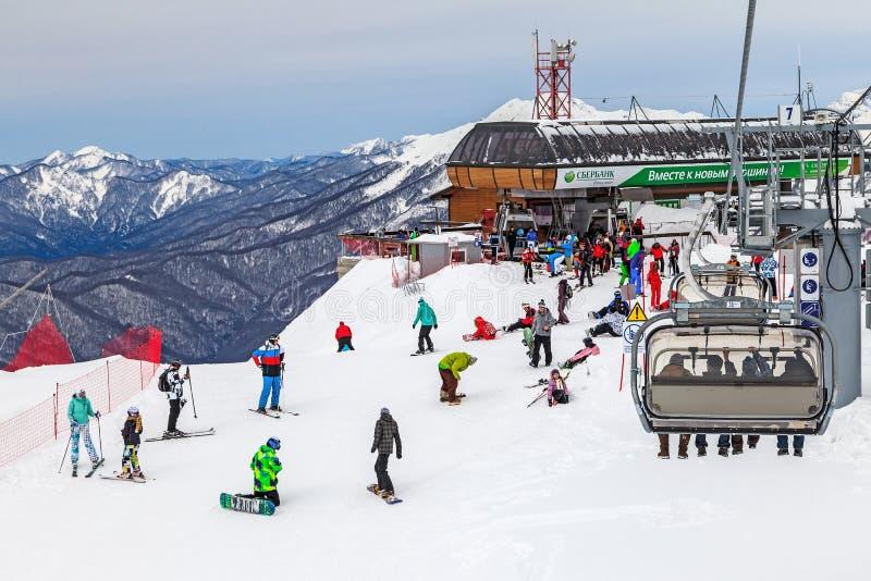 Skibahnen von Gebirgsskiortwirtsskifahrern und -Snowboardern Gorkys Gorod aller Winter lang Leute stehen und Fahrt auf Skisteigun lizenzfreie stockbilder