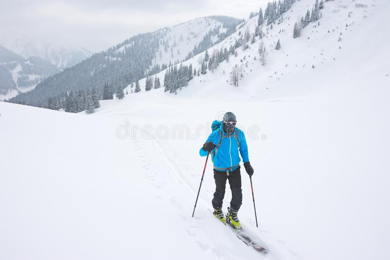 Skibergbeklimmer in koud weer royalty-vrije stock foto's