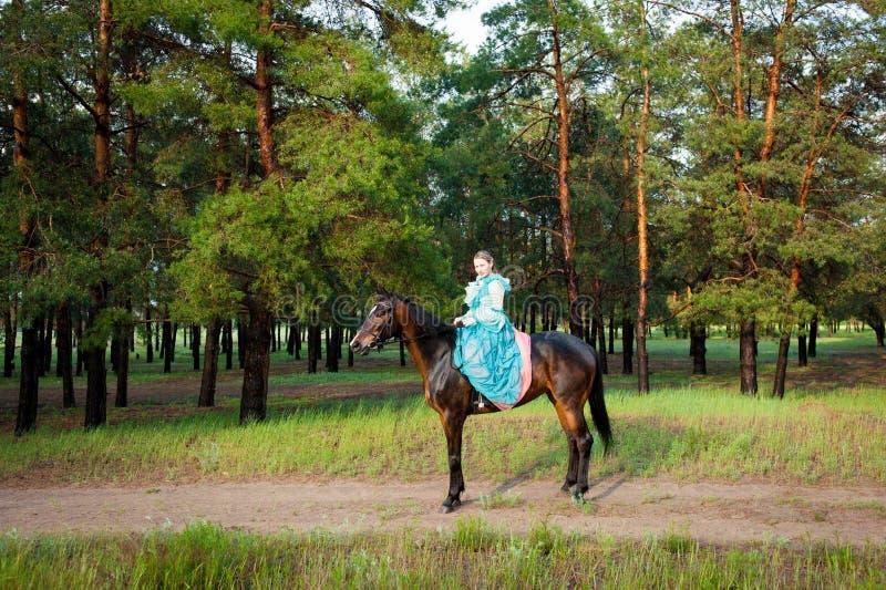 Skicklig ryttarinnaridning royaltyfria foton