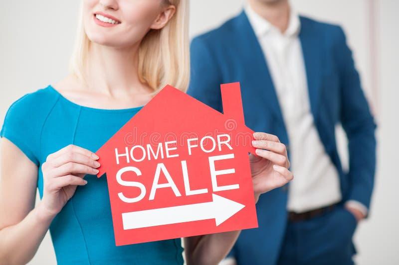 Skickliga fastighetsmäklare väntar på kunder royaltyfri fotografi