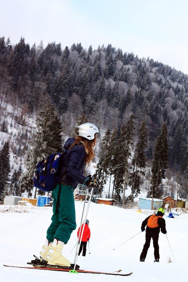 Skidåkare åker skridskor i Carpathians berg arkivfoto