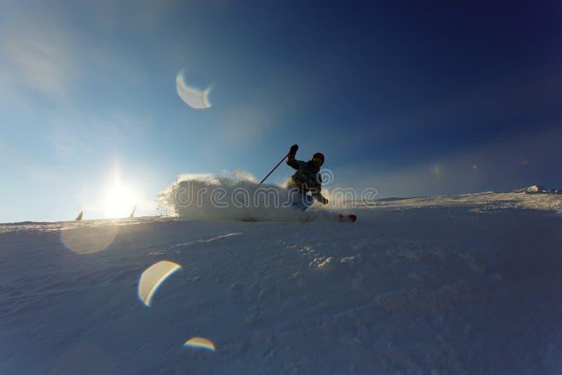 Skidåkare i berg fotografering för bildbyråer