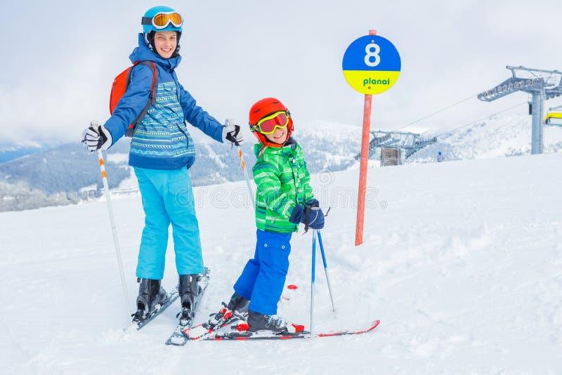 Skidåkare i en vinter skidar semesterorten royaltyfri bild