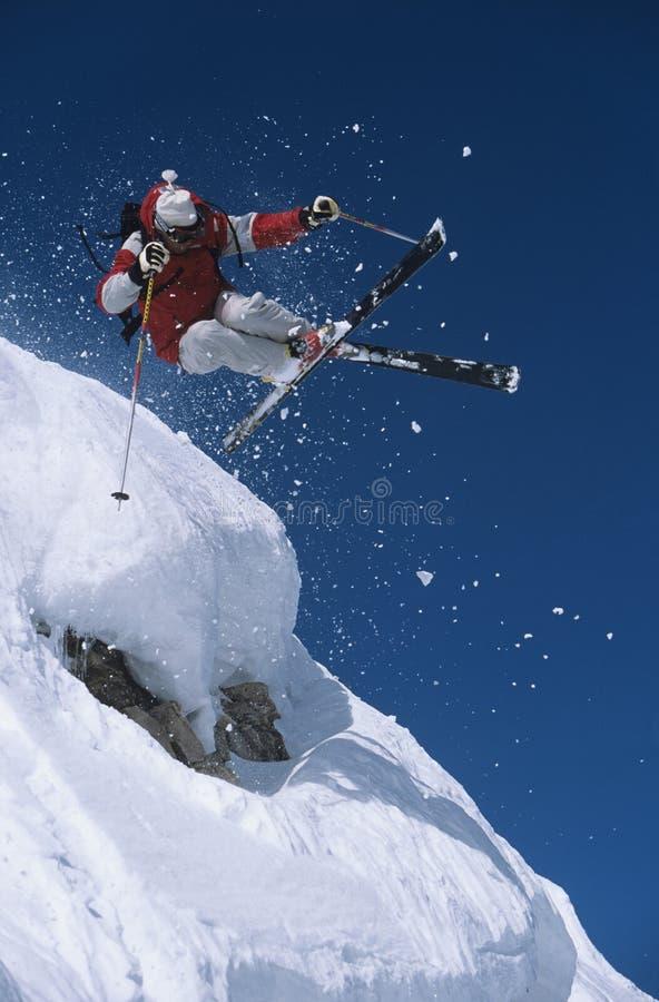 Skidåkare i ovannämnd snö för Midair på Ski Slope royaltyfri fotografi