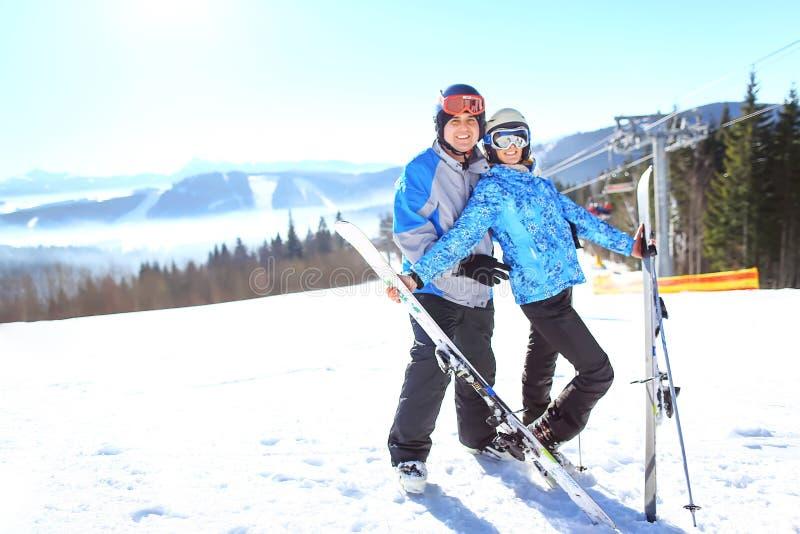 Skidåkare kopplar ihop på Ski Holiday In Mountains Selektivt fokusera arkivbilder