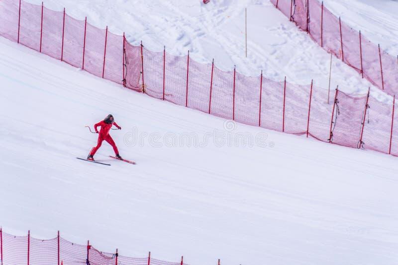Skidåkare som försöker att sakta ner längst ner av stupet på hastighetsutmaningen och FIS-hastighet Ski World Cup Race på solmaxi arkivfoto