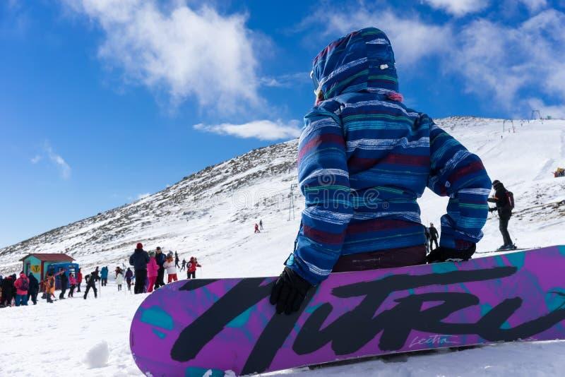 Skidåkare tycker om snön på Kaimaktsalan skidar mitten, i Grekland rec arkivfoton