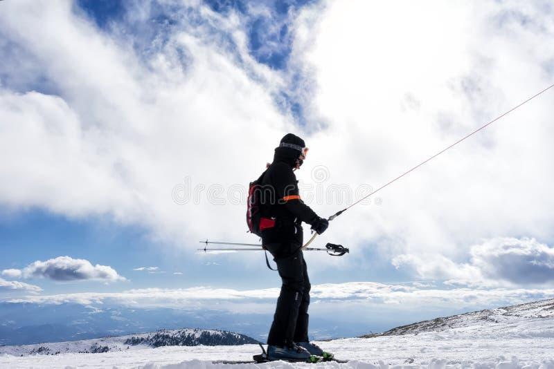 Skidåkare tycker om snön på Kaimaktsalan skidar mitten, i Grekland rec royaltyfri foto