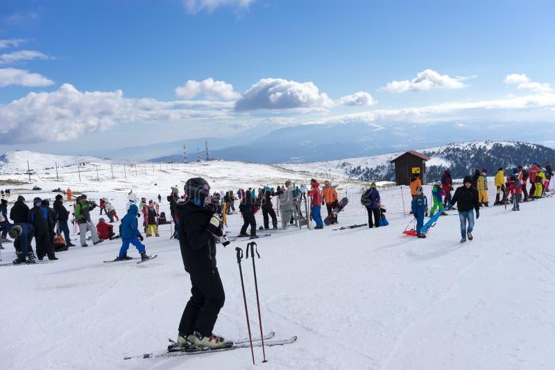 Skidåkare tycker om snön på Kaimaktsalan skidar mitten, i Grekland rec royaltyfri bild
