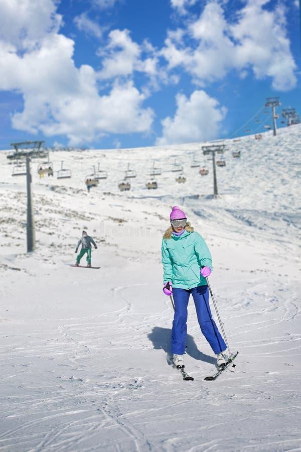 Skidåkareflicka på en skidasemesterort arkivfoton