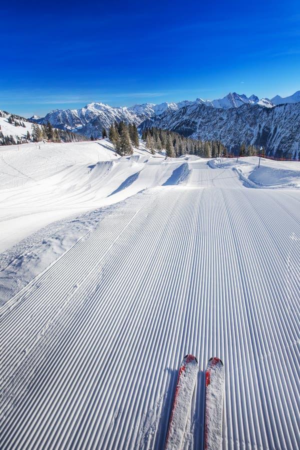 Skidåkaren som är klar att gå att skida på överkanten av Fellhorn, skidar semesterorten, Tyskland arkivbild