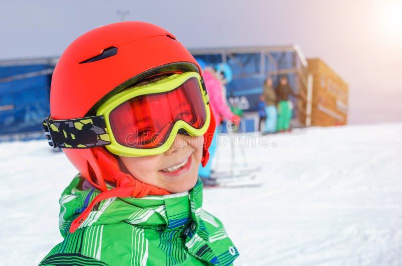 Skidåkarepojken i en vinter skidar semesterorten arkivbilder