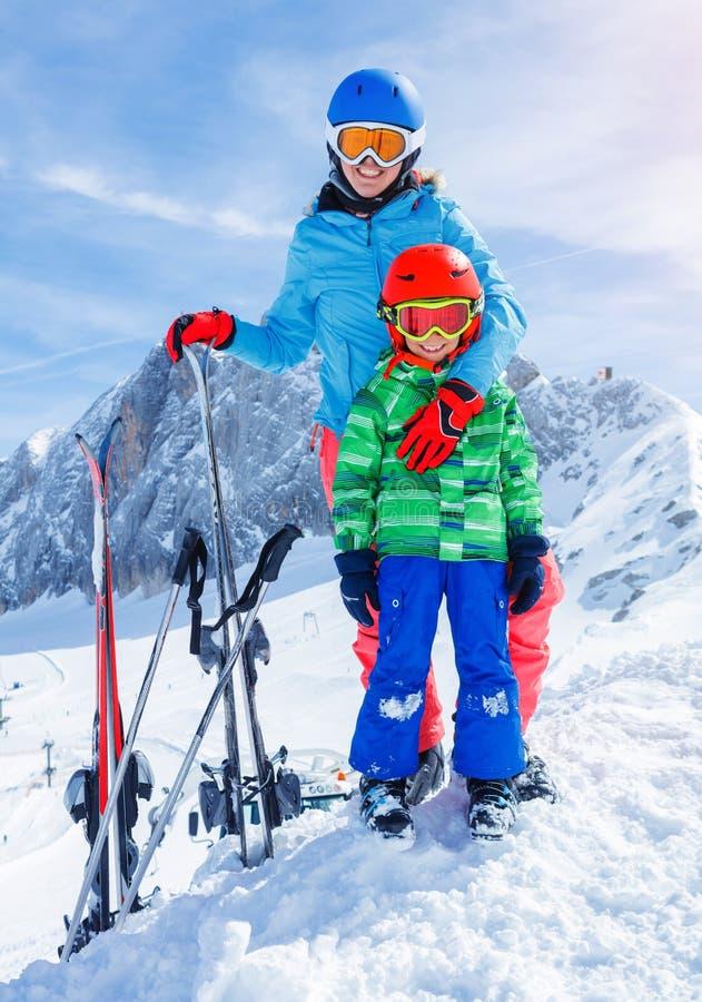 Skidåkarepojken i en vinter skidar semesterorten arkivfoton
