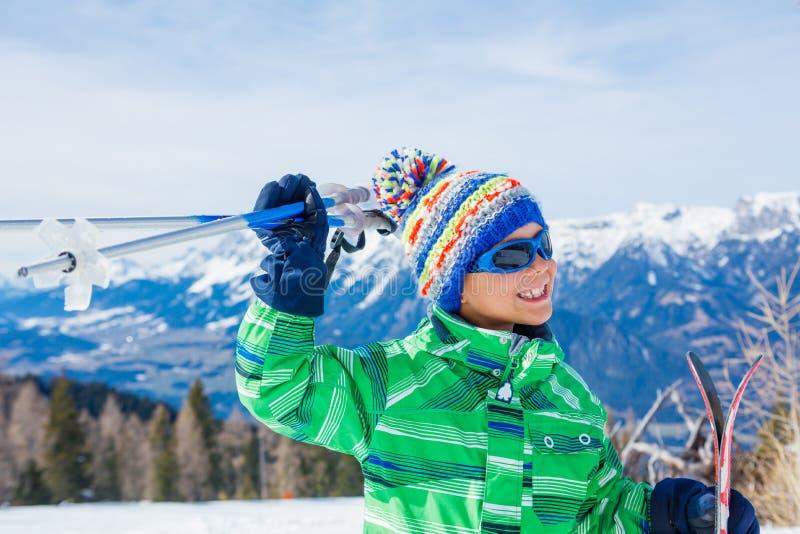 Skidåkarepojken i en vinter skidar semesterorten royaltyfria bilder