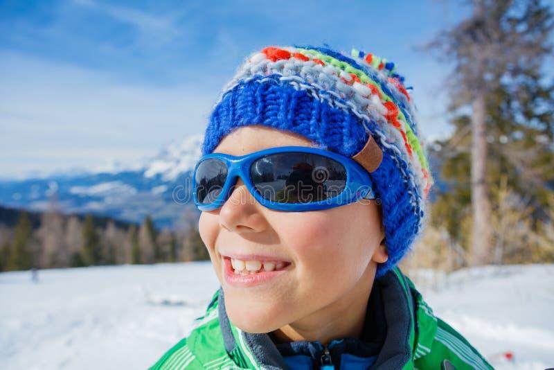 Skidåkarepojken i en vinter skidar semesterorten royaltyfri foto