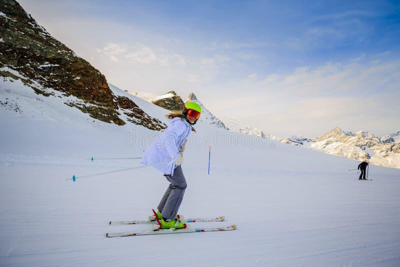 Skidåkning för tonårs- flicka i schweiziska fjällängar i Sunny Day royaltyfri bild
