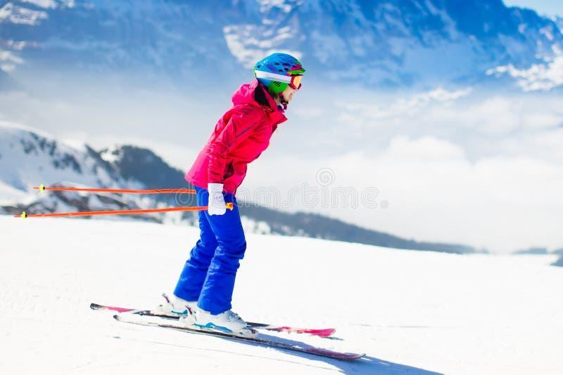 Skidåkning för ung kvinna i bergen royaltyfria bilder