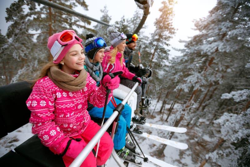 Skidåkning skidlift, vinter - flickaskidåkare på skidlift på berget arkivbilder