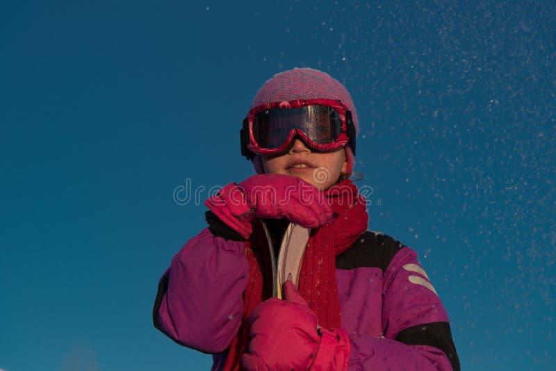 Skidåkning vintersportar - stående av den unga skidåkaren royaltyfri foto