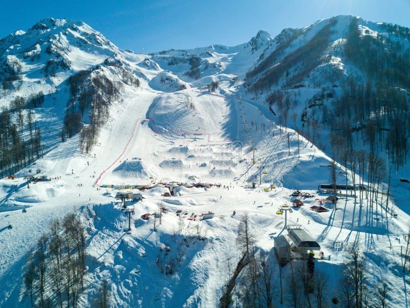 Skidåkningfestivalen NewStarCamp i Sochi, Rosa Khutor flyg- sikt arkivbilder