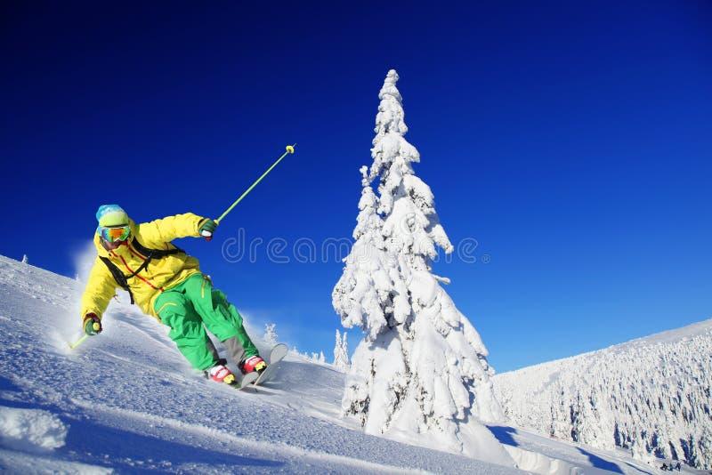 Skida för skidåkare som är sluttande i höga berg arkivfoton