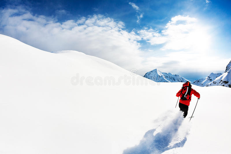 Skida: manlig skidåkare i pulversnö arkivfoton
