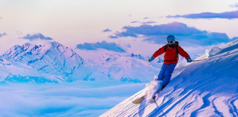 Skida med att förbluffa sikt av schweiziska berömda berg i härligt fort för vintersnöMt Skituringen, backcountry skidåkning i nyt arkivfoto
