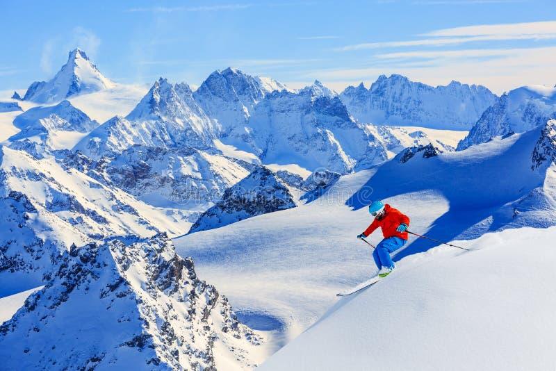 Skida med fantastisk sikt av schweiziska berömda berg arkivbild