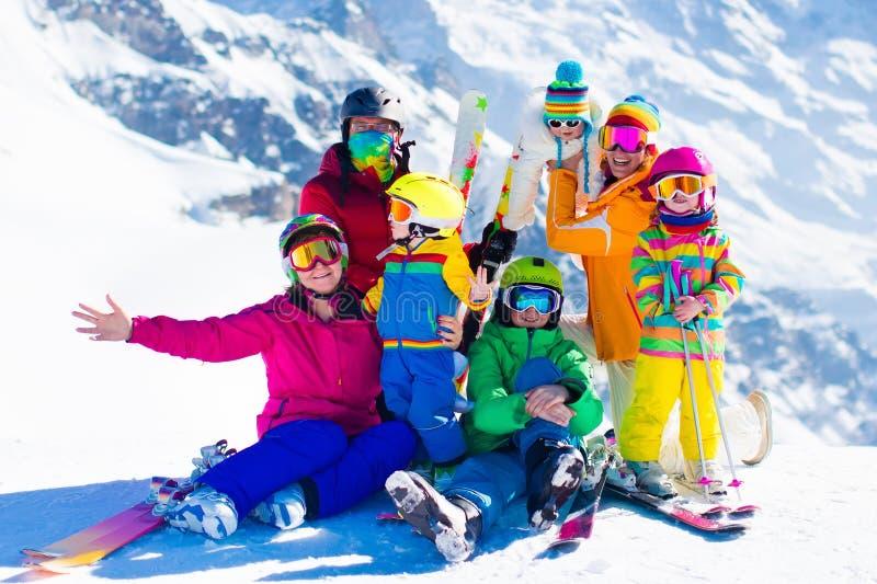 Skida och snöa gyckel Familj i vinterberg royaltyfri bild
