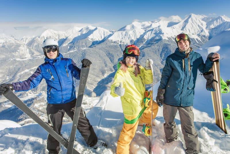 skida Sportkvinna och man i snöig berg royaltyfria bilder