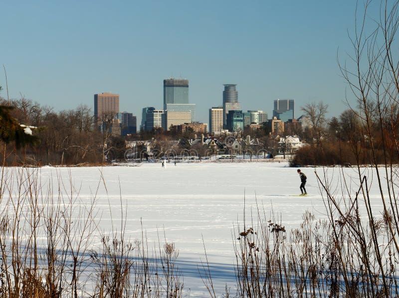 Skida under den Minneapolis horisonten på sjön av öarna arkivfoto