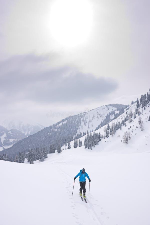 Skidar bergsbestigaren i kallt väder royaltyfri bild