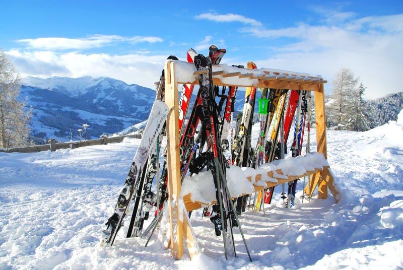 Skidar i en skidasemesterort arkivbild