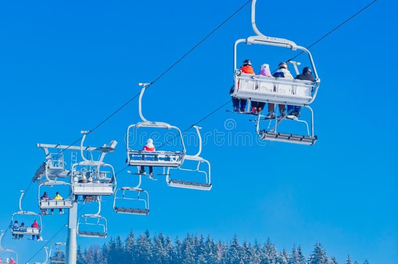 Skidar semesterorten i Bukovel, Ukraina royaltyfri foto