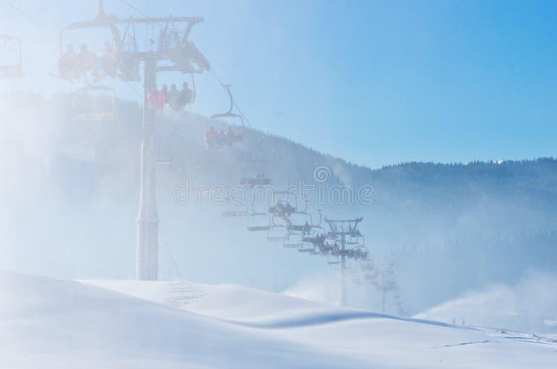 Skidar semesterorten i Bukovel, Ukraina royaltyfri bild