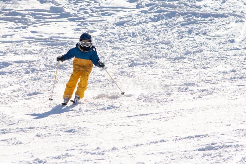 , Skidar snöar solen, och gyckel med ungar på ett snöspår, barn skidar på arkivbild