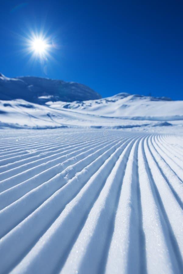 Skidar spåret i snö som abstrakt bakgrund arkivfoton