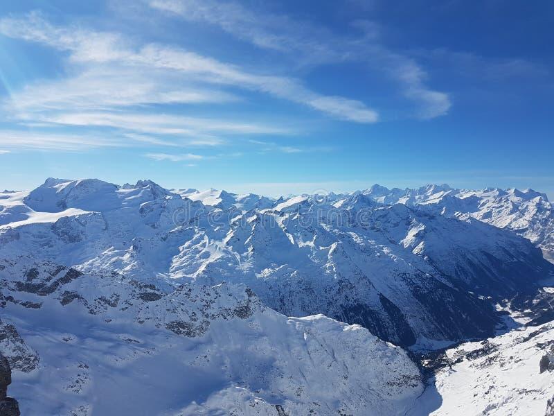 Skidar vintern - Schweiz - berg arkivfoto