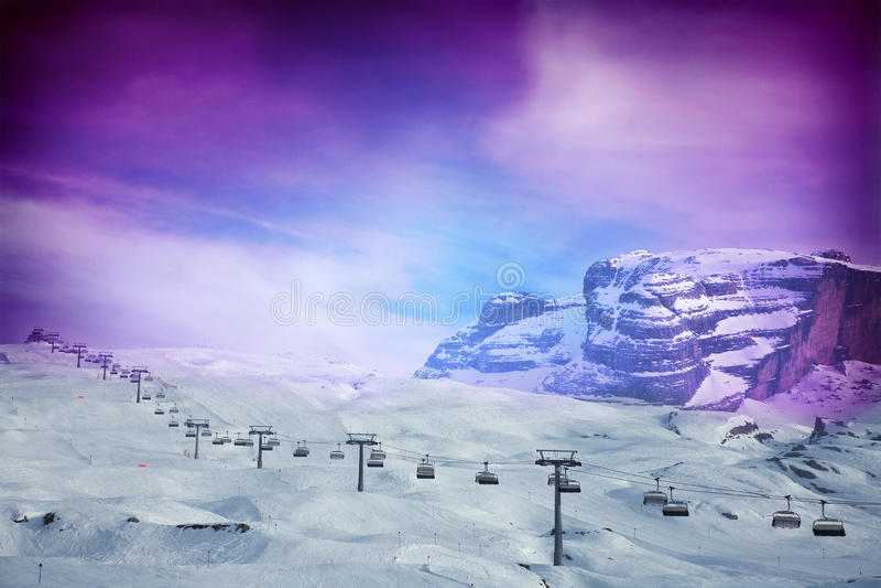 Download Skidlift Med Fantastisk Purpurfärgad Himmel Fotografering för Bildbyråer - Bild av elevator, färgrikt: 78730889