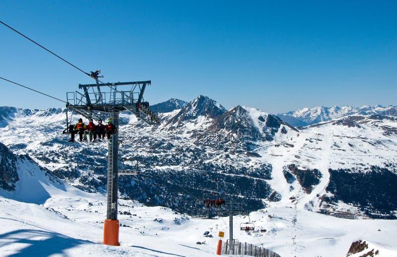 Skidlift och bergen i Andorra arkivbild