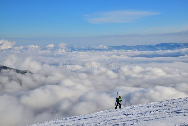 skier Klättra en skidåkare upp ett berg fotografering för bildbyråer