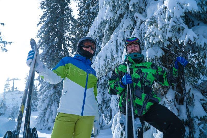skiers två en man och en kvinnaställning med skida semester i bergen arkivfoton