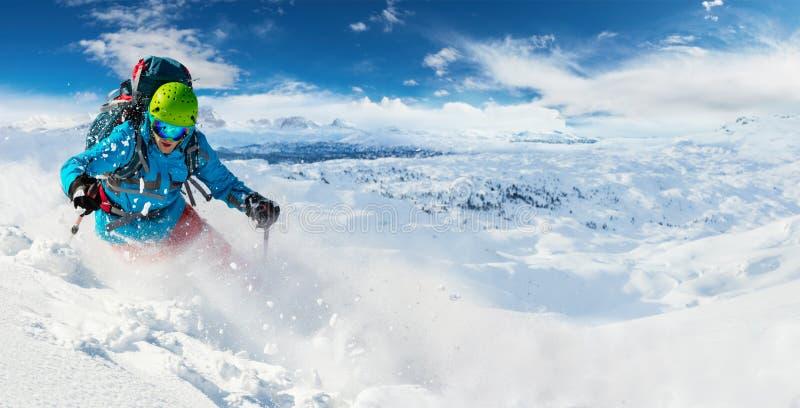 Skieur alpin de freeride avec l'explosion de poudre de neige photos stock
