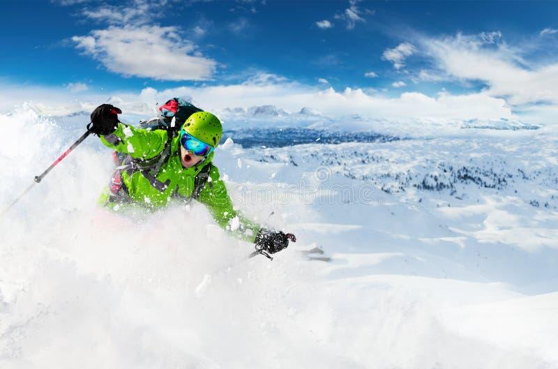 Skieur alpin de freeride avec l'explosion de poudre de neige photo stock
