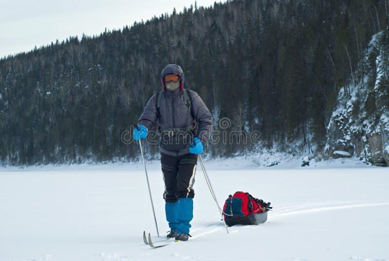 Skieur avec un traîneau de cargaison photos stock